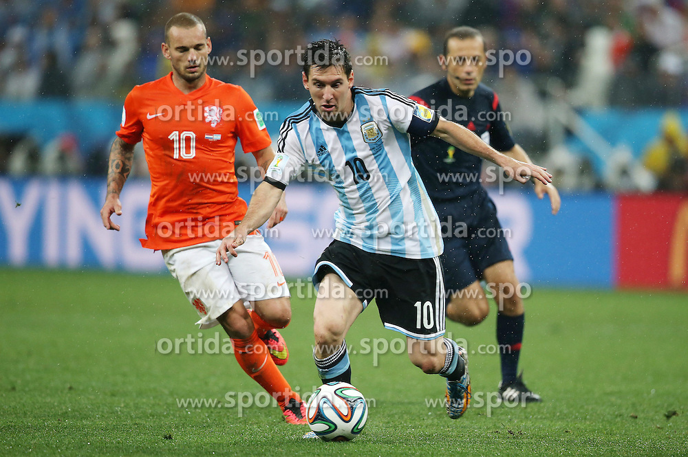 09.07.2014, Arena de Sao Paulo, Sao Paulo, BRA, FIFA WM, Niederlande vs Argentinien, Halbfinale, im Bild Argentinean player Lionel Messi (right) fights for the ball with Wesley Schneider (left) from Netherlands // during Semi Final match between Netherlands and Argentina of the FIFA Worldcup Brazil 2014 at the Arena de Sao Paulo in Sao Paulo, Brazil on 2014/07/09. EXPA Pictures © 2014, PhotoCredit: EXPA/ Eibner-Pressefoto/ Cezaro<br /> <br /> *****ATTENTION - OUT of GER*****