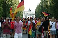 Fussball WM 2006        Deutschland - Schweden Tausende deutsche Fans feiern ausgelassen den Sieg ueber Schweden auf der Leopoldstrasse in Muenchen.