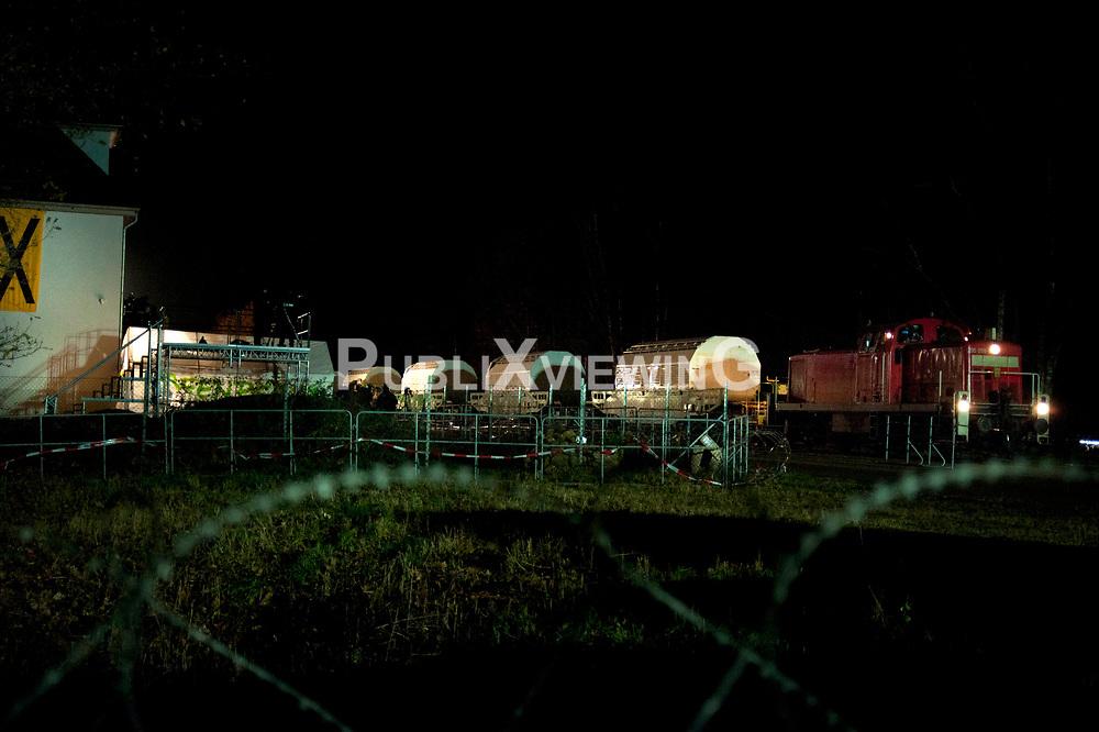 In der Nacht zu Montag erreicht der Castortransport den Verladekran in Dannenberg. Seit 4Uhr rollen die ersten 3 Waggons durch die Tore. Einige Gegendemonstranten versammeln sich vor der Polizeiabsperrung. Greenpeace hat direkt vom Gleis aus Messungen vorgenommen und bei den ersten Transporten 4 - 5 Mikrosievert festgestellt. &Auml;hnliche Werte wurden im April in Fukushima-City gemessen.  <br /> <br /> Ort: Dannenberg<br /> Copyright: Christina Palitzsch<br /> Quelle: PubliXviewinG