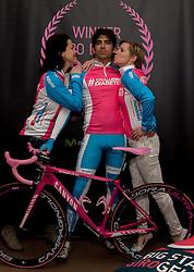 08-04-2016 NED: Challenge Diabetes on Tour, Arnhem<br /> Vandaag was de presentatie van de ploeg dat de roze trui in Milaan gaat ophalen. Op maandag 25 april 2016 vertrekken ze met een team bestaande uit mensen met diabetes en een begeleidingsteam naar Milaan. Na het overhandigen van de roze trui fietsen ze van 26 april t/m 3 mei in 8 dagen 1.190 km van Milaan naar Gelderland om daar op 4 en 5 mei 2016 een promotietour met de roze trui door de provincie te maken. Op 5 mei 2016 wordt de roze trui, vlak voor de ploegenpresentatie op het Marktplein in Apeldoorn, overhandigd aan de provincie / Maarten, Femke en Maartje (R)