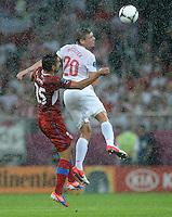 FUSSBALL  EUROPAMEISTERSCHAFT 2012   VORRUNDE Tschechien - Polen               16.06.2012 Milan Baros (li, Tschechische Republik) und lukasz Piszczek (re, Polen)  duellieren sich im Regen