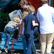 NLD/Schiphl/20110807 - Michiel Mol aat met zijn kinderen op vakantie om de scheiding met Paulien Huizinga te verwerken,