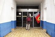 Accident de ski de Michael Schumacher. Un fan attend devant l'entrée du CHU de Grenoble où le sportif est hospitalié.
