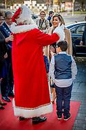 ROTTERDAM - Koningin Maxima wordt verwelkomd door de Kerstman voor aanvang van het Kerst Muziekgala 2017 in Ahoy. ANP ROYAL IMAGES ROBIN UTRECHT