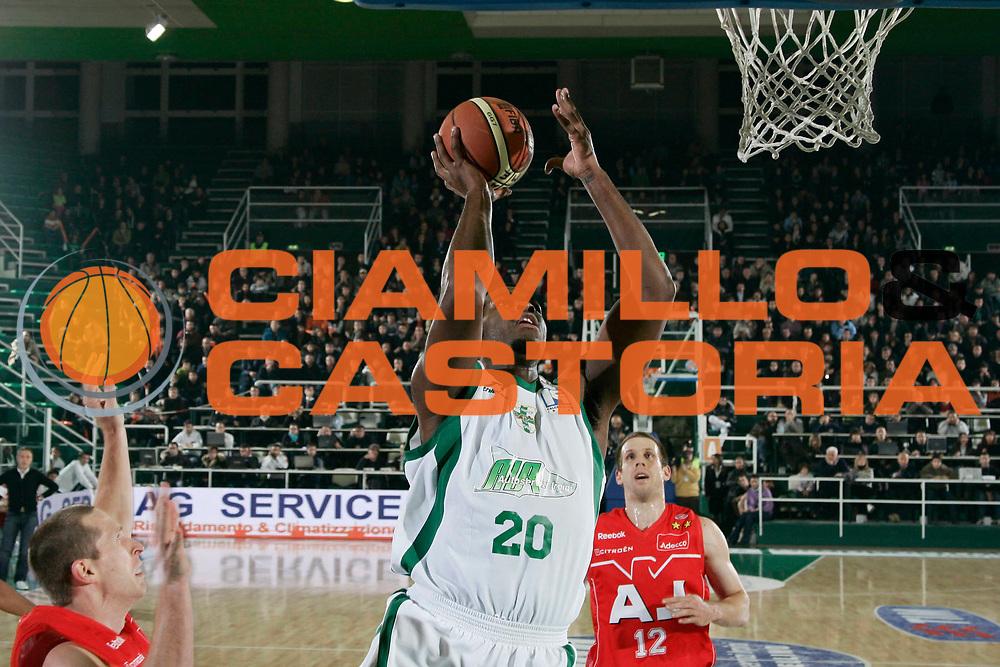 DESCRIZIONE : Avellino Lega A1 2008-09 Air Avellino Armani Jeans Milano<br /> GIOCATORE : Eric Williams<br /> SQUADRA : Air Avellino<br /> EVENTO : Campionato Lega A1 2008-2009<br /> GARA : Air Avellino Armani Jeans Milano<br /> DATA : 22/11/2008<br /> CATEGORIA : Tiro<br /> SPORT : Pallacanestro<br /> AUTORE : Agenzia Ciamillo-Castoria/A.De Lise<br /> Galleria : Lega Basket A1 2008-2009<br /> Fotonotizia : Avellino Campionato Italiano Lega A1 2008-2009 Air Avellino Armani Jeans Milano<br /> Predefinita :