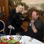 NLD/Amsterdam/20060131 - BN'er hondendiner, protest tegen gebruik proefdieren, Louise van Teylingen en partner Henk Schiffmacher en hond