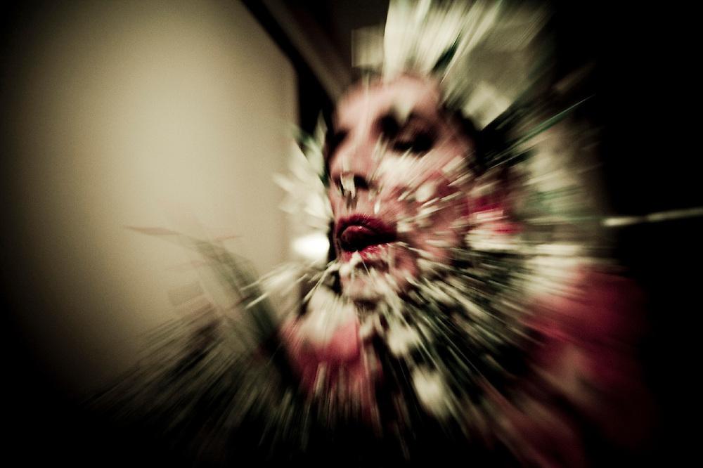 """""""Los ojos no son más que bestias viscosas mirando desde atrás""""-Ricardo AyllónEl proyecto que presento no pretende contar una historia, es más bien la agrupación de fotografías a forma de cuadrícula, una algarabía de imágenes que se leen entre sí, sin comienzo ni fin. Si pudiera resumir el conjunto de imágenes en una sola palabra me atrevo a decir que se trata de transgresión. Las fotos documentan los estados más primitivos e instintivos de los hombres, los animales. El tono es ácido; hablamos del exceso vulnerable del deseo, del hambre insaciable por el placer al borde del sufrimiento, de la violación hacia el vientre de la carne, del gozo por medio de la infracción, del eterno retorno hacia lo visceral, del morbo por herir y ser herido. Para que la transgresión exista, tiene que existir el conocimiento del bien y el mal, de la culpa, del pecado y la condena, pero éste se deja en suspenso, se oculta en nuestra consciencia como un secreto latente que provoca la tentación y el hambre hacia lo prohibido. El cuerpo es el campo de batalla entre Eros y Tánatos, entre el deseo y la destrucción, la mujer es madre y destructora, representación del deseo varonil. Así rompemos con nuestros cuerpos las jaulas de la vida, resistimos sedientas al dolor nocturno, y vacilamos entre la represión y el delito.  """"y la naturaleza del dolor, es el dolor dos vecesy la condición del martirio, carnívora, voraz,es el dolor dos vecesy la función de la hierba purísima, el dolordos vecesy el bien de ser, dolernos doblemente""""-César Vallejo"""