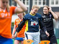BLOEMENDAAL - keeper Joyce Sombroek (Laren) met keeper Diana Beemster (Bl'daal)  na   hockey hoofdklasse competitiewedstrijd dames, Bloemendaal-Laren (1-3) .   COPYRIGHT KOEN SUYK