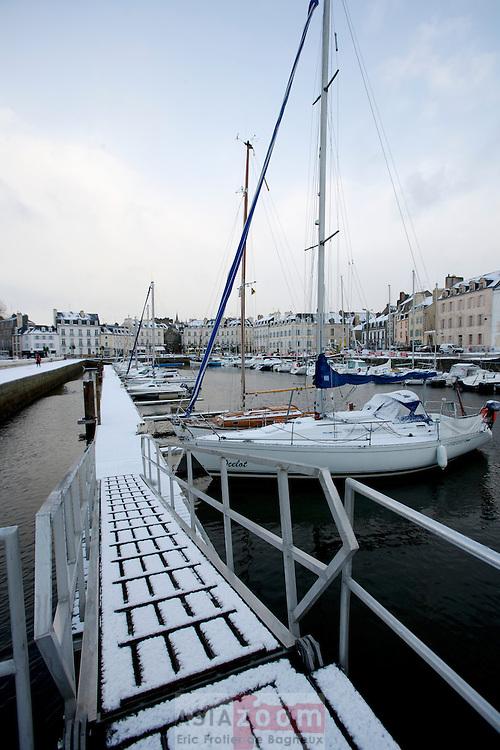 Neige sur le port de Vannes au fond du Golfe du Morbihan en Bretagne