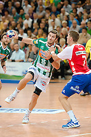 Michael Haaß (FAG) am Ball gegen rechts Sebastian Preiß (TBV)