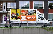 Nederland, Nijmegen, 16-9-2016Bij een appartementencomplex voor ouderen staat een vrachtwagen van kringloopwinkel het Goed . Er worden huishoudelijke spullen ingeladen van een overleden bewoner .Foto: Flip Franssen