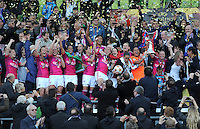 FRAUEN  FUSSBALL   CHAMPIONS LEAGUE  FINALE   2011/2012      Olympique Lyon - 1. FFC Frankfurt          17.05.2012 Olympique Lyon feiert den Sieg mit dem Pokal