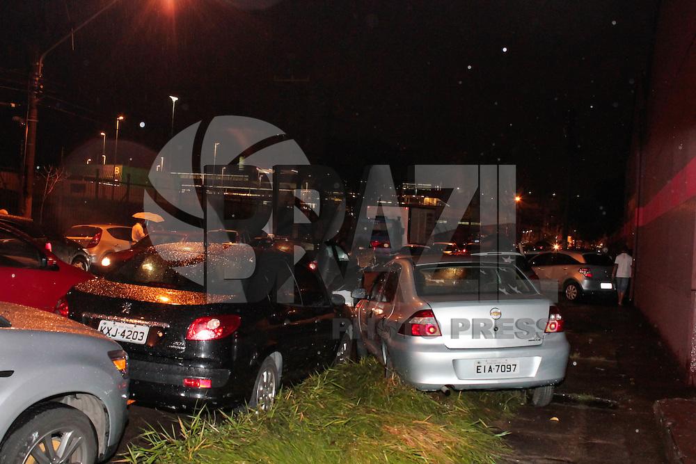 São Paulo ,SP 25.02.2015 -CARROS ARRASTADOS - Carros que ficaram boiando após a forte chuva que caiu na tarde de hoje (25) após a chuva os caminhões que trafegavam na Av Presidente Wilson,no Ipiranga (SP)movimentavam a  agua que empurrava os carros nas calçada  (Foto:Carlos Pessuto Brazil Photo Press)
