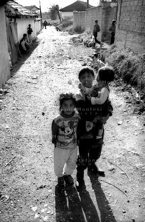 Kosovo   Novembre 2000.Pe? (in albanese Pejë / Peja; in serbo Pe?).zona di Mahala e Bates abitata da rom.Bambini di etnia rom .