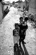 Kosovo - Pejë, Novembre 2000. Zona di Mahala e Bates abitata da rom. Bambini di etnia rom