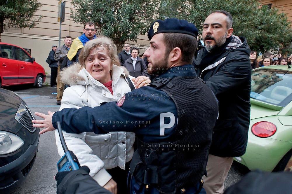Roma 20 Febbraio 2014<br /> Manifestazione della comunit&agrave; ucraina davanti all' ambasciata dell'Ucraina  a Roma per le violenze contro i manifestanti anti-governativi  e contro la dittatura del presidente  Yanukovych.L'ambasciatore ucraino in Italia, Yevghen Perelygin, che &egrave; sceso sotto l'ambasciata,  per incontrare cittadini ucraini, per spiegare  le ragioni del governo ucraino, &egrave; stato contestato dai manifestanti &egrave; dovuto rientrare in ambasciata scortato dalle forze dell'ordine.<br /> Rome 20 Febraury  2014<br /> Manifestation of the Ukrainian community in front of the 'Embassy of Ukraine in Rome for the violence against anti-government protesters and against the dictatorship of President Yanukovych . The Ukrainian Ambassador to Italy , Yevghen Perelygin , which fell below the embassy to meet with Ukrainian citizens  to explain the reasons for the Ukrainian government  was challenged by the protesters is had to return to the embassy escorted by the police.