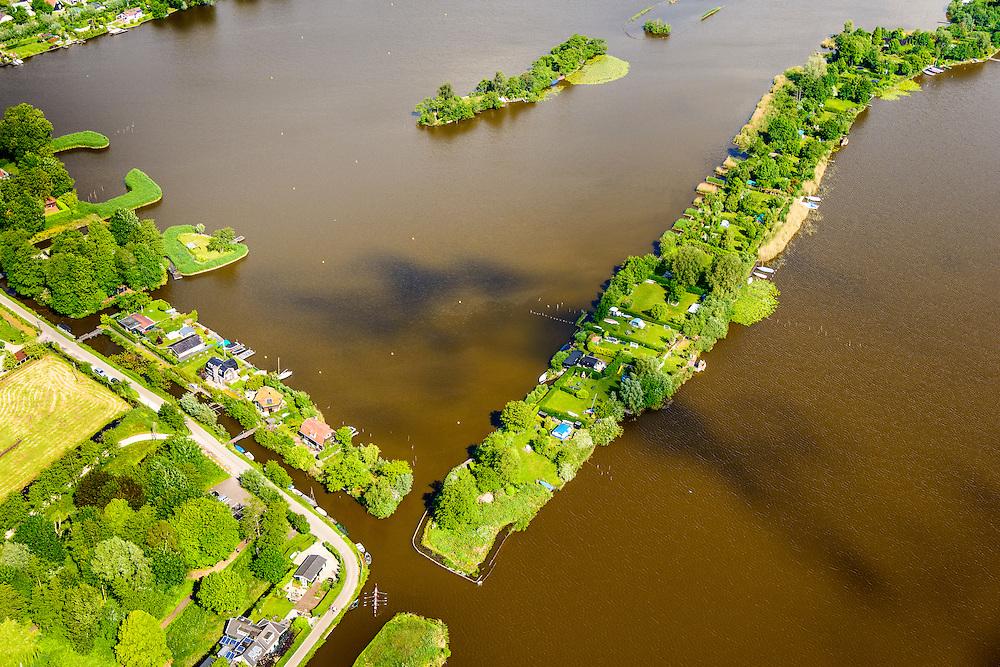 Nederland, Zuid-Holland, Gemeente Reeuwijk, 10-06-2015; Reeuwijksche Plassen (Reeuwijkse Plassen), detail van de bebouwing in Sluipwijk. De veenplassen zijn ontstaan door het afgraven en wegbaggeren van het veen voor het winnen van turf. Houses and villas in the recreation area and peat lakes Reeuwijksche Plassen, created by peat extraction. <br /> luchtfoto (toeslag op standard tarieven);<br /> aerial photo (additional fee required);<br /> copyright foto/photo Siebe Swart