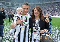 FUSSBALL INTERNATIONAL   SERIE A   SAISON 2011/2012    Juventus Turin - Atalanta Bergamo   13.05.2012 Juve ist Italienischer Meister  Emanuele Giaccherini (Juventus Turin) mit Frau Dania Gazzani und Kind Giuliamaria
