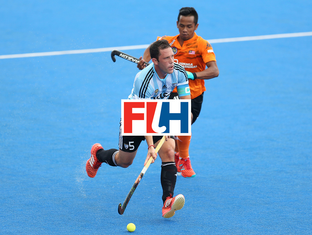 LONDON, ENGLAND - JUNE 24:  Pedro Ibarra of Argentina breaks away from Faizal Saari of Malaysia  during the semi-final match between Argentina and Malaysia on day eight of the Hero Hockey World League Semi-Final at Lee Valley Hockey and Tennis Centre on June 24, 2017 in London, England.  (Photo by Steve Bardens/Getty Images)