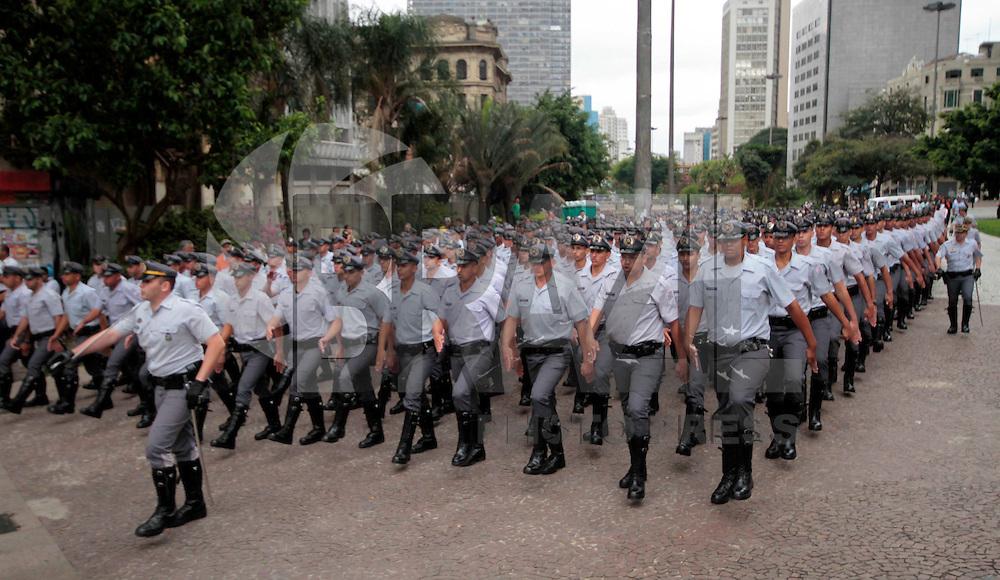 SÃO PAULO, SP, 26 DE OUTUBRO 2011 - ENSAIO MILITAR - Cerca de 2.500 policiais militares, bombeiros e policiais rodoviários realizam ensaio para cerimônia de formação oficial, que acontecera segunda feira (31), durante a manhã dessa quarta-feira, 26 no Vale do Anhangabaú, centro da cidade. FOTO: VANESSA CARVALHO - NEWS FREE.