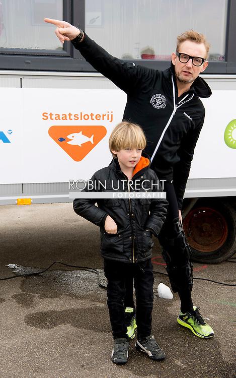BIDDINGHUIZEN - prins bernard  en Benjamin (2008) tijdens de tweede editie van De Hollandse 100 op FlevOnice, een sportief evenement van fonds Lymph en Co ter ondersteuning van onderzoek naar lymfeklierkanker.  COPYRIGHT ROBIN UTRECHT <br /> BIDDINGHUIZEN -  During the second edition of the Dutch 100 on FlevOnice, a sporting event fund Lymph and Co. to support research into lymphoma. COPYRIGHT ROBIN UTRECHT