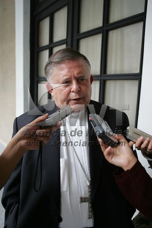 Toluca, Mex.- Francisco J Chavolla Ramos, Obispo de la diosesis de Toluca, habla con periodistas a su salida del palacio de gobierno. Agencia MVT / Javier Rodriguez. (DIGITAL)<br /> <br /> <br /> <br /> <br /> <br /> <br /> <br /> NO ARCHIVAR - NO ARCHIVE