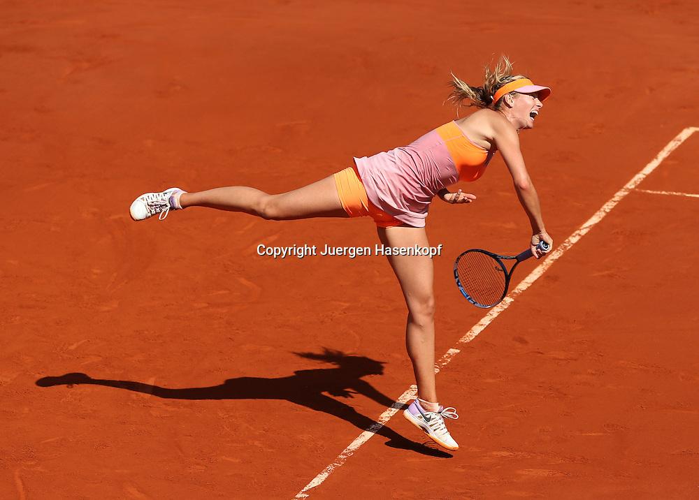 French Open 2014, Roland Garros,Paris,ITF Grand Slam Tennis Tournament, Damen Endspiel,<br /> Maria Sharapova  (RUS),Aktion,Aufschlag,Einzelbild,<br /> Ganzkoerper,Querformat, von oben,