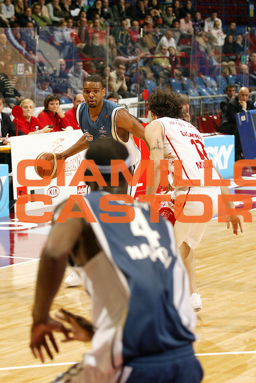 DESCRIZIONE : Milano Lega A1 2005-06 Armani Jeans Olimpia Milano Carpisa Napoli<br /> GIOCATORE : Morandais <br /> SQUADRA : Carpisa Napoli<br /> EVENTO : Campionato Lega A1 2005-2006 <br /> GARA : Armani Jeans Olimpia Milano Carpisa Napoli<br /> DATA : 05/02/2006 <br /> CATEGORIA : Palleggio <br /> SPORT : Pallacanestro <br /> AUTORE : Agenzia Ciamillo-Castoria/G.Cottini
