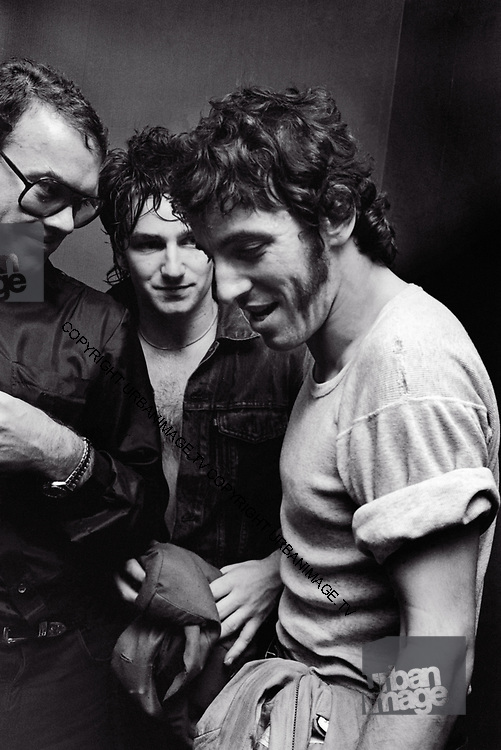 Photo of Bruce Springsteen, Bono and Paul McGuiness R-L backstage at Hammersmith Palais 1982