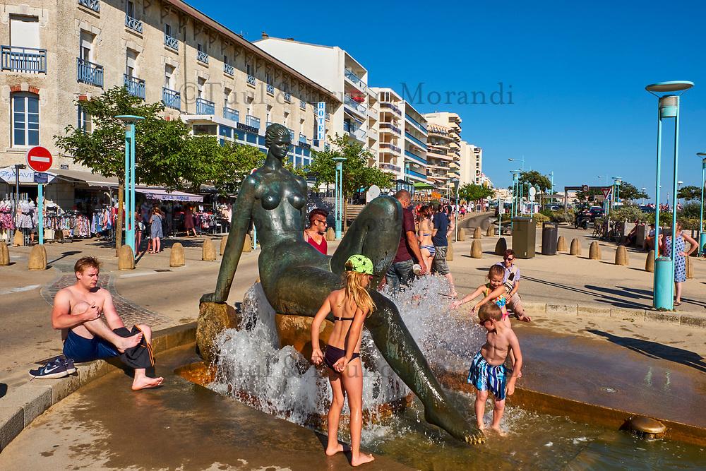 France, Vendée (85), Saint-Jean-de-Monts, la plage, statue de La Baigneuse de Henry Murail // France, Vendée, Saint-Jean-de-Monts, the beach, statue of  La Baigneuse of Henry Murail