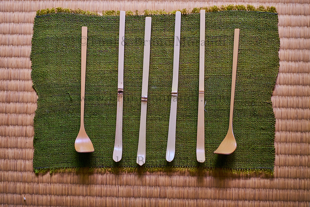 Japon, île de Honshu, région de Kansaï, Kyoto, Mr Keiji Mihara artisan de chashku, spatule utilsé pour la cérémonie du thé pour faire le thé matcha // Japan, Honshu island, Kansai region, Kyoto, Mr Keiji Mihara, craftman making chashaku, a bamboo spoon use for tea ceremony and matcha tea