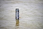 Nederland, Kekerdom, 27-12-2012Het water van de rivieren Maas, IJssel en Waal stijgt weer. Hier een peilstok in de Waal, Rijn.Foto: Flip Franssen/Hollandse Hoogte