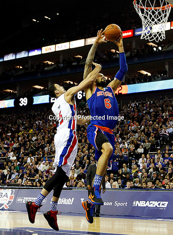 epa03541414 Austin Daye (L) of Detroit Pistons vies with Tyson Chandler (R) of New York Knicks during their NBA London Live 2013 Detroit Pistons vs New York Knicks match at O2 Arena in London, Britain, 17 January 2013.  EPA/KERIM OKTEN