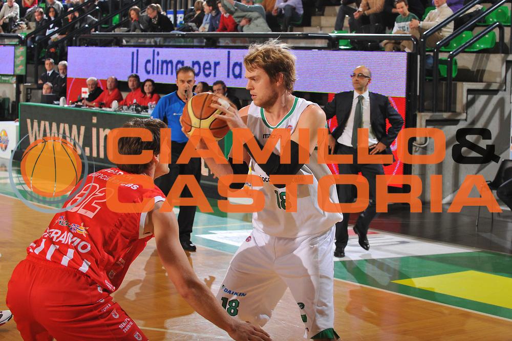 DESCRIZIONE : Treviso Lega A 2009-10 Basket Benetton Treviso Banca Tercas Teramo<br /> GIOCATORE : Charles Wallace<br /> SQUADRA : Benetton Treviso<br /> EVENTO : Campionato Lega A 2009-2010<br /> GARA : Benetton Treviso Banca Tercas Teramo<br /> DATA : 17/01/2010<br /> CATEGORIA : Palleggio<br /> SPORT : Pallacanestro<br /> AUTORE : Agenzia Ciamillo-Castoria/M.Gregolin<br /> Galleria : Lega Basket A 2009-2010 <br /> Fotonotizia : Treviso Campionato Italiano Lega A 2009-2010 Benetton Treviso Banca Tercas Teramo<br /> Predefinita :