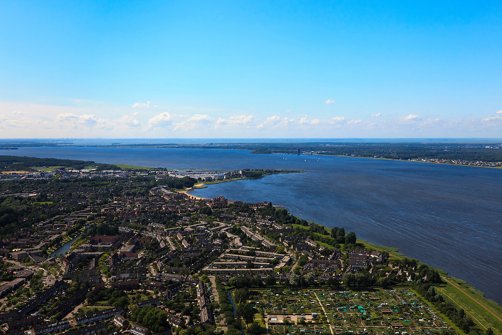 Nederland, Noord-Holland, Huizen, 30-06-2011; Huizerhoofd en Gooimeer, skyline Amsterdam..Gooimeer (lake), Amsterdam at the skyline on a windy day. luchtfoto (toeslag), aerial photo (additional fee required).copyright foto/photo Siebe Swart