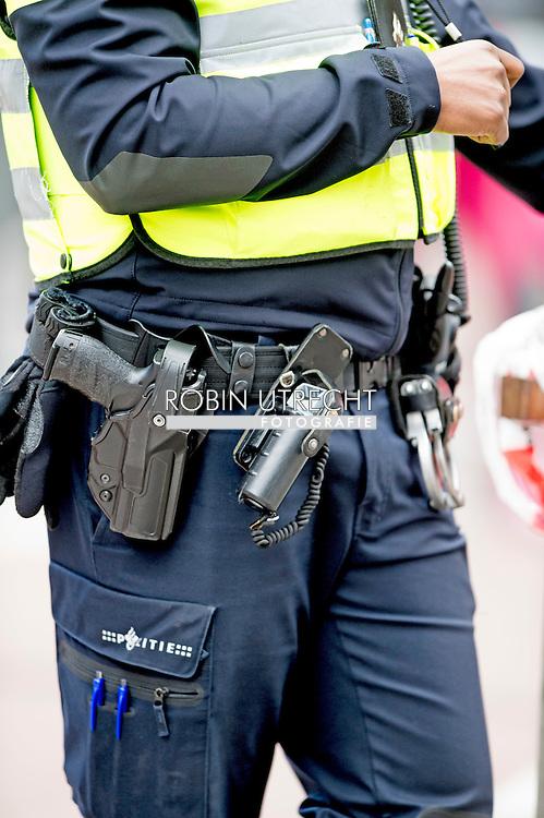 amsterdam - politie op straat survieren , beveiliging , bewaken , agent agenten , aanslag , politie politieagent agent op straat bewaken beveiliging , security . politie agent agenten op straat politie agenten agent , Politie agenten surveilleren door het centrum van amsterdam  copyright robin utrecht