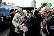 TUNISI. MANIFESTANTI SFONDANO IL CORDONE DELLA POLIZIA PER ENTRARE NELLA PLACE LA KASBAH DOVE HA SEDE IL PALAZZO DEL PRIMO MINISTRO.