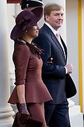 Bezoek van Koning Felipe VI en Koningin Letizia van Spanje aan Nederland.<br /> <br /> Visit of King Felipe VI and Queen Letizia of Spain to the Netherlands.<br /> <br /> Op de foto / On the Photo: Aankomst van Koning Felipe VI en Koningin Letizia van Spanje op Paleis Noordeinde, waar ze ontvangen worden door Koning Willem Alexander en koningin Maxima  ////  <br /> Arrival of King Felipe VI and Queen Letizia of Spain at Noordeinde Palace, where they are welcomed by King Willem Alexander and Maxima queen received