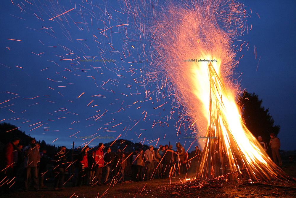 Ein grosses Lagerfeuer brennt im Winter am Borgo-Pass (Dracula) in den rumaenischen Nordkarparten...A huge fire at the romanian Borgo Pass.