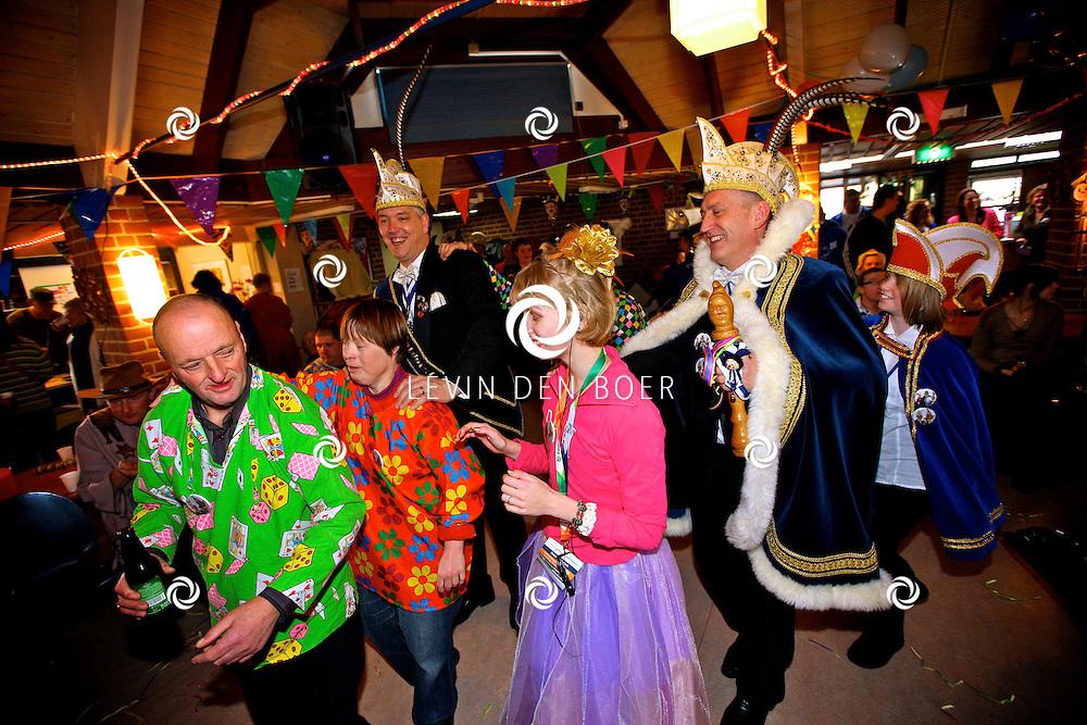ZALTBOMMEL - De Raad van Elf van Mispelgat ging op bezoek bij Harmonika, dagcentrum voor verstandelijk<br /> gehandicapten en vierden daar alvast Carnaval. FOTO LEVIN DEN BOER - PERSFOTO.NU