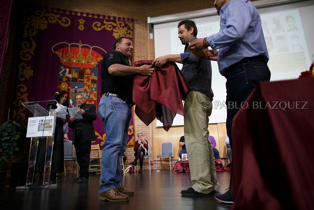 19/05/2018. A man carries a box containing the body of a person assassinated by dictator Francisco Franco's forces during a ceremony to hand the remains of 22 people to their relatives on May 19, 2018 in Guadalajara, Spain. General Franco's forces killed Timoteo Mendieta and other people between 1939 and 1940 after Spain's Civil War and buried them in mass graves in Guadalajara's cemetery. Argentinian judge Maria Servini used the international human rights law and ordered the exhumation and investigation of Mendieta's mass grave. The exhumation was carried out by Association for the Recovery of Historical Memory (ARMH) recovering 50 bodies from 2 mass graves and identified 24 of them. Spain's Civil War took the lives of thousands of people on both sides, but Franco continued his executions after the war has finished. Spanish governments has never done anything to help the victims of the Civil War and Franco's dictatorship while there are still thousands of people missing in mass graves around the country. (© Pablo Blazquez)
