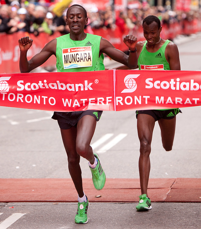 Toronto, Ontario ---11-10-16--- Kenneth Mungara edges out Shami Abdulahi Dawit at the finish line of the Scotiabank Toronto Waterfront Marathon, October 16, 2011.<br /> GEOFF ROBINS Mundo Sport Images