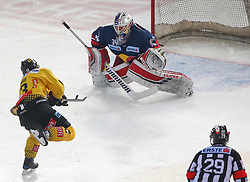 07.04.2019, Albert Schultz Halle, Wien, AUT, EBEL, Vienna Capitals vs EC Red Bull Salzburg, Halbfinale, 5. Spiel, im Bild v.l. Emil Romig (spusu Vienna Capitals) und Stephen Michalek (EC Red Bull Salzburg) // during the Erste Bank Icehockey 5th semifinal match between Vienna Capitals and EC Red Bull Salzburg at the Albert Schultz Halle in Wien, Austria on 2019/04/07. EXPA Pictures © 2019, PhotoCredit: EXPA/ Thomas Haumer