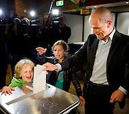 LEIDEN - PvdA-lijsttrekker Diederik Samsom brengt met zijn kinderen zijn stem uit voor de Tweede Kamerverkiezingen.