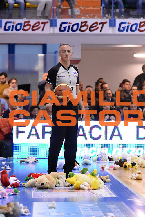DESCRIZIONE : Brindisi  Lega A 2014-15 Enel Brindisi Upea Capo d'Orlando<br /> GIOCATORE : Arbitro<br /> CATEGORIA : Teddy Bear Toss<br /> SQUADRA : Enel Brindisi<br /> EVENTO : Campionato Lega A 2014-2015<br /> GARA :Enel Brindisi Upea Capo d'Orlando<br /> DATA : 21/12/2014<br /> SPORT : Pallacanestro<br /> AUTORE : Agenzia Ciamillo-Castoria/M.Longo<br /> Galleria : Lega Basket A 2014-2015<br /> Fotonotizia : <br /> Predefinita :
