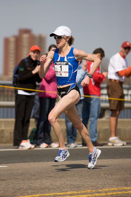 Deena Kastor with one mile to go en route to victory