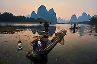 Chine, Province du Guangxi, region de Guilin, pecheur avec cormorans sur la riviere Li, region de Yangshuo // China, Guangxi province, Guilin, cormorant fisherman on Li river around Yangshuo