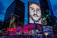 NEW YORK reclame poster in straat beeld van new york <br /> Knielende Kaepernick gezicht nieuwe campagne Nike<br /> <br /> De aandelen van Nike zijn bijna 2 procent gedaald nadat de Amerikaanse sportkledinggigant de veelbesproken American Footballspeler Colin Kaepernick als gezicht van een nieuwe campagne koos. De reacties op social media waren niet mals; velen riepen op tot een boycot van Nike en sommigen plaatsten foto's waarop ze hun schoenen van het populaire merk verbrandden.<br />  NEW YORK - New Nike add of colin kaepernick in the streets of New York ROBIN UTRECHT