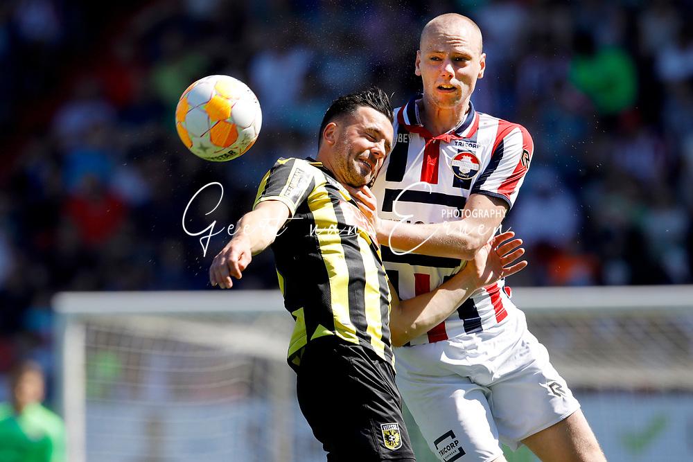 *Thomas Bruns* of Vitesse, *Elmo Lieftink* of Willem II