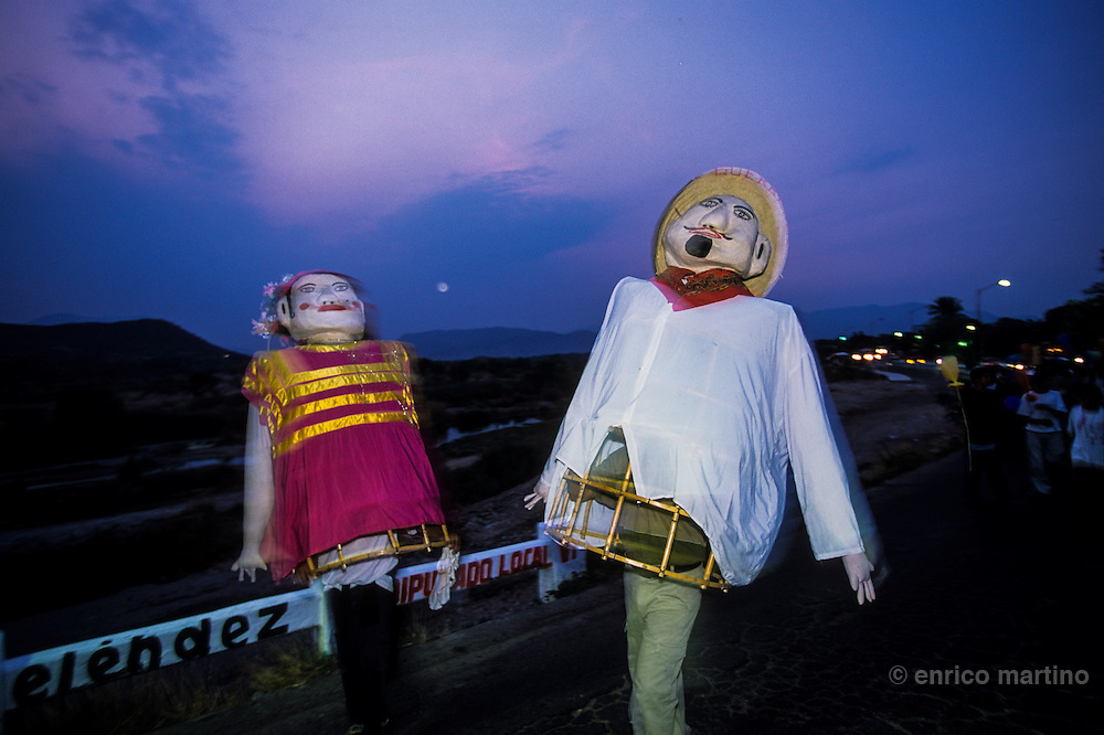 Tehuantepec, two puppets dressed in a traditional Zapotec Indians. They parade along the streetys at the beginning of a Vela, the traditional celebrations of Indian Zapotec Women of the Isthmus of Tehuantepec.